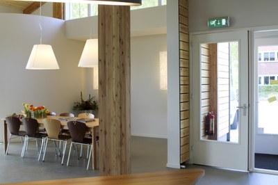 sfeervolle rustgevende eetkamer wit en hout