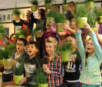 kinderen met planten in de hand