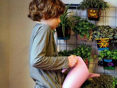 kind bewaterd planten